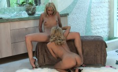 Blonde babes love to munch on the wet pussy