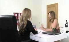 Female agent vibrates cunt in casting