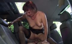 MILF Taxifahrerin erwartet ihren Kunden in Strapsen zum Fick