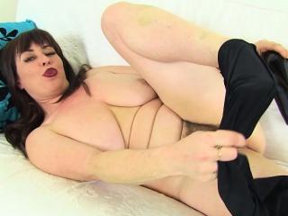 English milf Janey gets naughty in black leggings