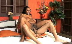 Stacked chocolate beauty Ellen Mederios fucks a long stick on the bed