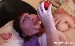 BBW sexy mature tramp fingering her twat in bed